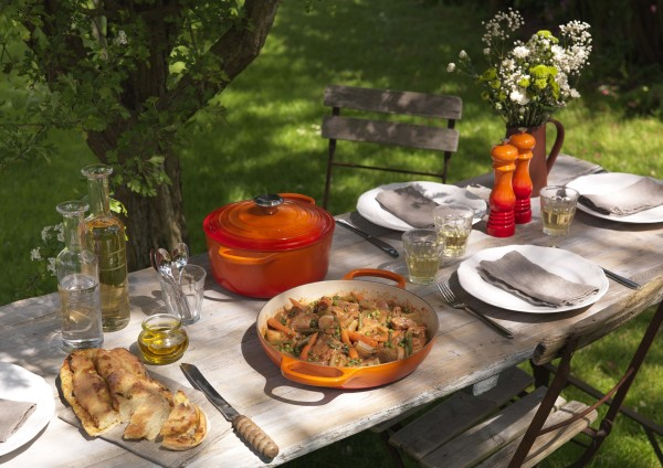 Le-Creuset_Br-ter-rund-Gourmet-Profitopf-Signature-ofenrot_StimmungjbNREVaPJOfgy